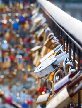 love-lock-on-a-bridge-in-paris-PZQDEUC