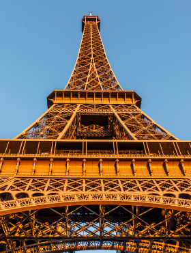 the-eiffel-tower-located-on-the-champ-de-mars-in-XG7REZV